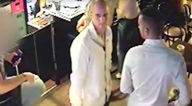 Így lop el egy pénztárcátegy inges férfi – videó