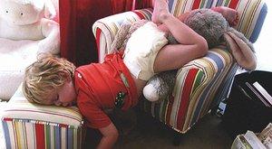 Itt a bizonyíték: egy gyerkőc mindenütt képes elaludni - vicces fotók