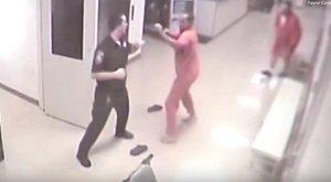 Egy rab mentette meg fogolytársától a börtönőrt – videó