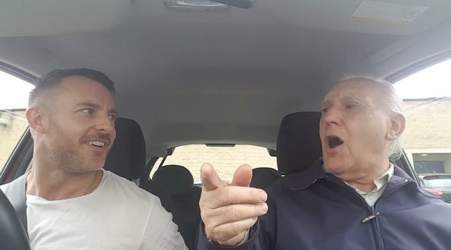 Az alzheimeres apa semmire sem emlékszik, csak ha a fiával énekel – videó