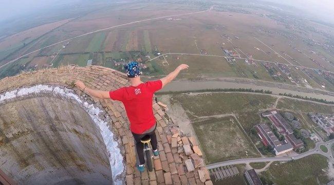 Félelmetes videó: 250 méteres kéményen egykerekűzött