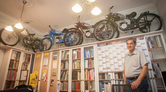 Szekrény tetején parkol motorjaival József