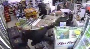Nem semmi! A nyugdíjas és fia kiverte a rablókat a boltból – videó