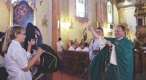 Megszentelte a pap a sulihátizsákokat