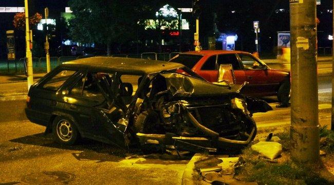 Budapest éjjel: villanyoszlop tüntette el a kocsi elejét - fotók