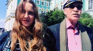 A 85 éves színész 25 éves felesége mellett lett boldog
