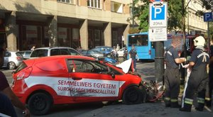 Vérszállító autó tört totálkárosra a VIII. kerületben - fotó