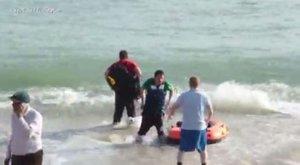 Gumicsónakos menekültekérkezneka strandolók közé – videó