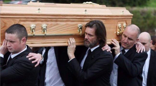 Halott barátnője miatt perlik Jim Carreyt