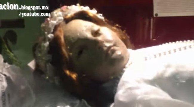 A rémisztő pillanat, amikor a 300 éve halott szent gyerek kinyitja a szemét