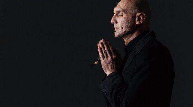 Kirúgták a magya papot hivatásából, mert túlzottan bizalmas volt gyerekekkel