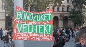A Kossuth téren tüntetnek a Népszabadság mellett – fotók