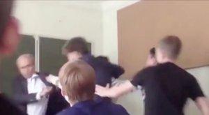 Komoly veréstől védték meg a tanárt diákjai