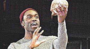 Díjat nyert az első fekete Hamlet