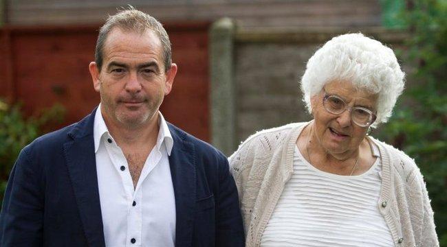 Át akarták verni 81 éves édesanyját, de nem hagyta – videó