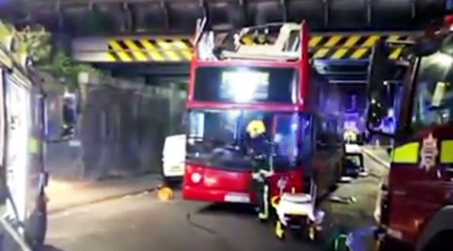 Durva fotók: szabályosan letépte a busz tetejét az átjáró