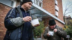 A TV2 székháza előtt etette a hajléktalanokat az MSZP
