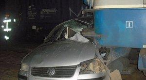 500 méteren keresztül tolta a vonat az autót Keszőhidegkútnál – a sofőr meghalt