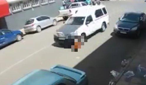 20 méteren keresztül száguldott a kocsi a maga alá gyűrt nővel - videó