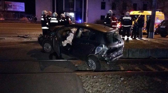 Brutális: a HÉV-sínekre csúszott a tömegkarambol után az autó – képek