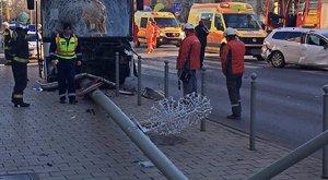 Turistabusszal ütközött egy taxi és egy személyautó Győr belvárosában – szörnyű fotók