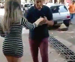 Nagyon kínos: egyenesen az arcán landolt a szexi táncoslány