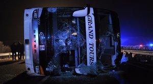 Három halott, négy súlyos és 21 könnyebb sérült az M3-ason történt buszbalesetben (képek)