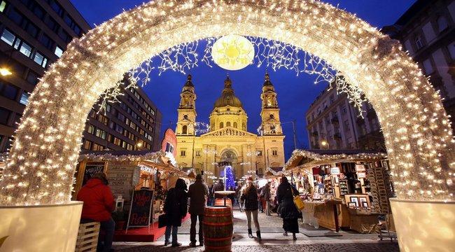 Rendőrök ürítették ki a Bazilika előtti karácsonyi vásárt