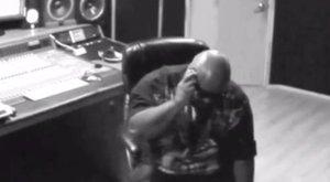 Durva videó: a popsztár fejénél robbant szét a mobilja