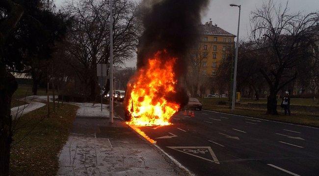 Kiégett egy mentőautó Budapesten