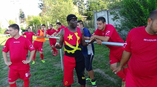 Angolai tréner tanítja az esztergomi romákat