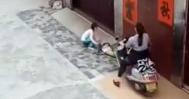Robogóval hajtott a földön fekvő gyerekre ez a szívtelen nő
