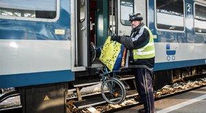 A mozgássérült férfi állítja: Lerántott a vonatról a kalauz!