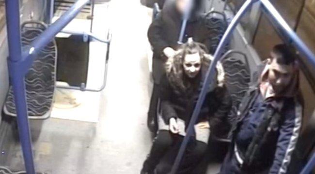 Kötekedtek, majd megütöttek egy nőt a buszon - videó