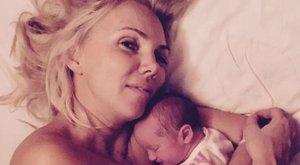 Fejős Éva alig akarja elengedni császármetszéssel született babáját
