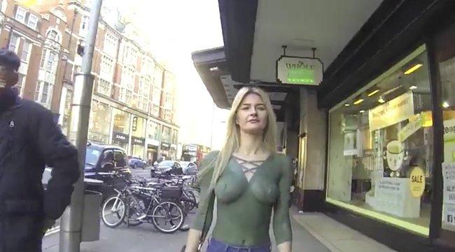 Félmeztelenül sétált az utcán a modell. Vajon hányan vették észre? (videó)