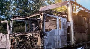 Kiégett egy kisteherautó Szolnoknál