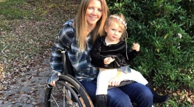 Először állt két lábon, kislányával a kezében a lebénult anya