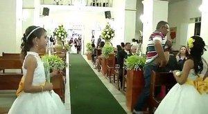 A menyasszony mögött sétált be a templomba az esküvői mészáros