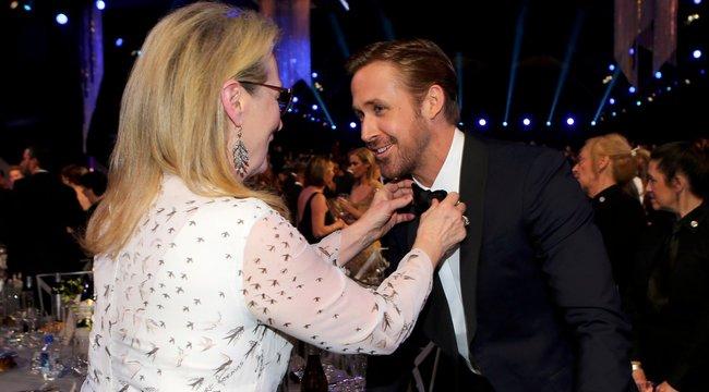 Meryl Streep igazítja meg Ryan Gosling ruházatát (fotó)