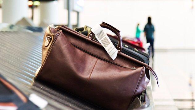 15 kiló túlsúllyal akart felszállni a repülőre: hihetetlen, mit rejtett a poggyász!– fotó
