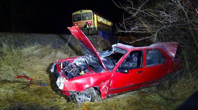 Vonattal ütközött egy autó Kiskunfélegyházán: egy nő meghalt – fotók