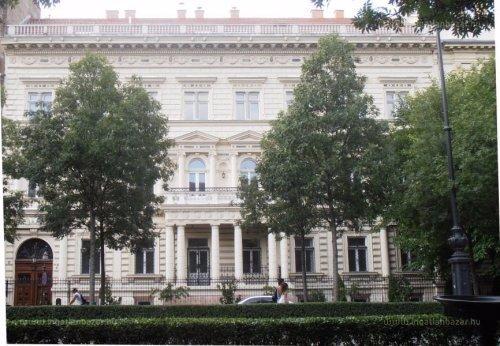 7 milliárdért eladó egy református lelkész egykori palotája