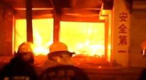 Tüzijátékot vett a részeg férfi, felgyújtotta vele a boltot, és a környéket is – videó