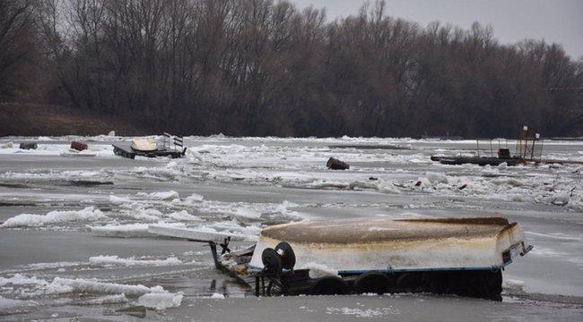 Veszélyben egy ember: elsodort a jég egy tiszacsegei kompot