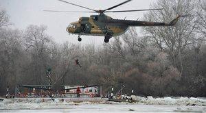 Helikopterrel mentették ki a jégbezárt kompról a tiszacsegei férfit – fotó