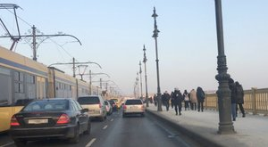 Egymás után állnak a villamosok a Margit-hídon, pótlóbuszok járnak helyettük
