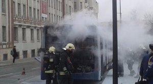 Kigyulladt egy busz a Széll Kálmán téren - fotók