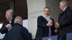 Orbán a felcsúti stadion tetejéről mutogatott, de a meccsről sem maradt le - fotók