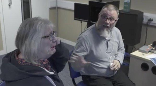 Hihetetlenül megható, ahogy a siket házaspár először hallja egymáshangját – videó